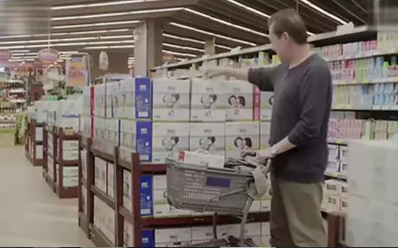 退休的老人来到了超市,停留在了焕轻牛奶旁边,关注自己的身体,才能拥有更多